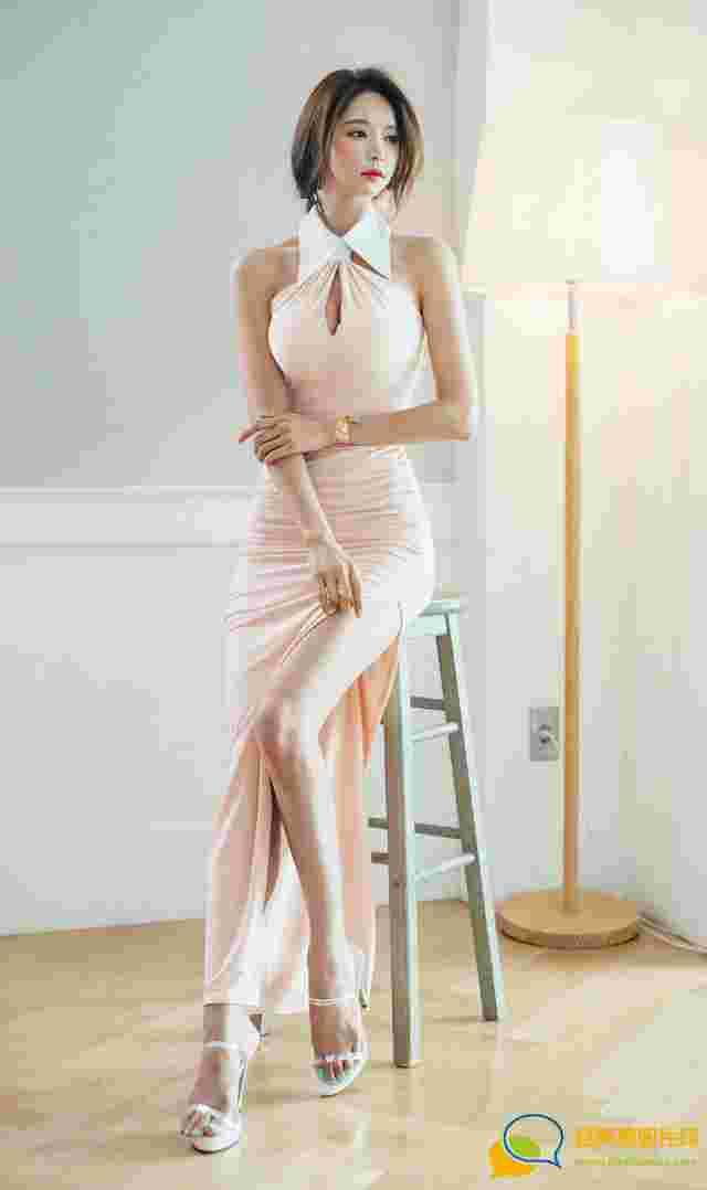 窗帘下的美艳美模粉色裙红唇靓丽小秀锁骨