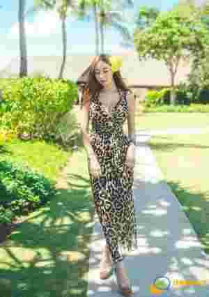 阳光下豹纹长裙模特身材高挑热情似火