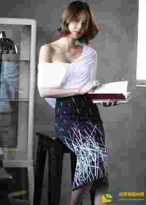 包臀裙短发美女模特滑落香肩酥胸抢镜