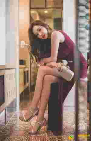 深V高叉裙美模上围超抢镜大秀美腿