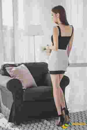 倚靠沙发美模外套滑落肩带抢镜露香肩
