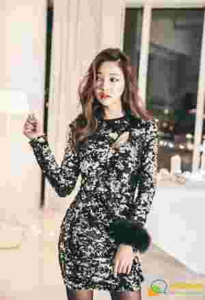 高冷美模修身亮闪裙大秀黑丝美腿气质迷人