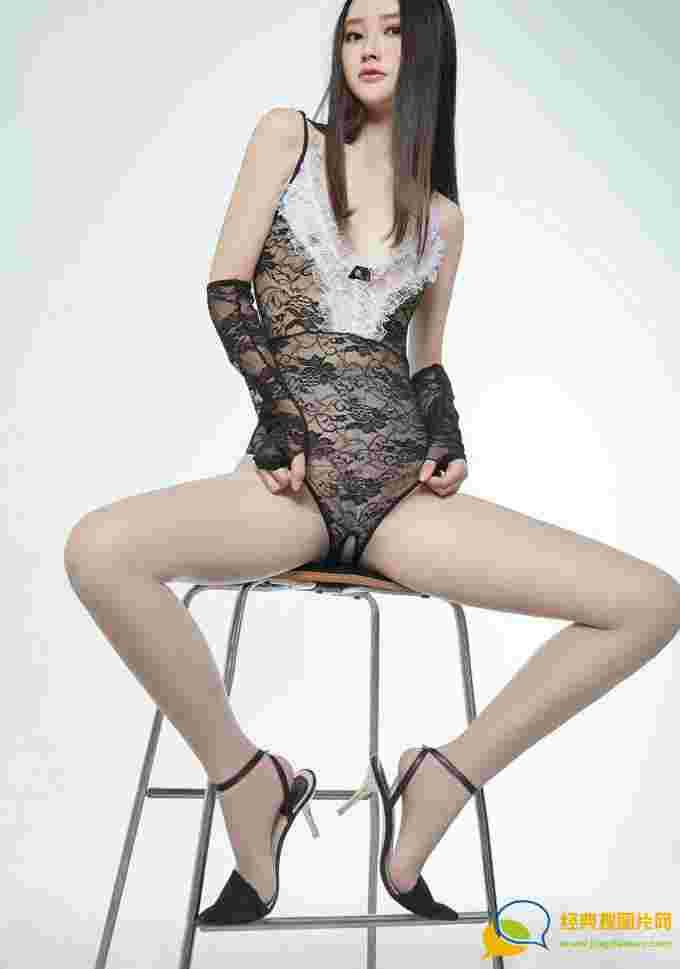 嫩模潇潇黑色蕾丝内衣性感兔女郎肉丝美腿诱惑写真