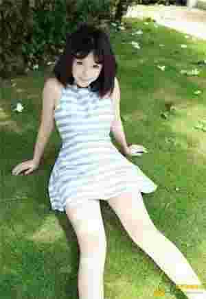 童颜巨乳美女刘飞儿Faye可爱连衣裙绿茵草地写真