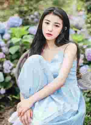 花海下长发蓝裙美女温馨唯美写真