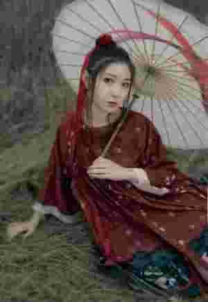 荒野古风美女撑伞靓丽眼妆吸晴秀嫩白香肩