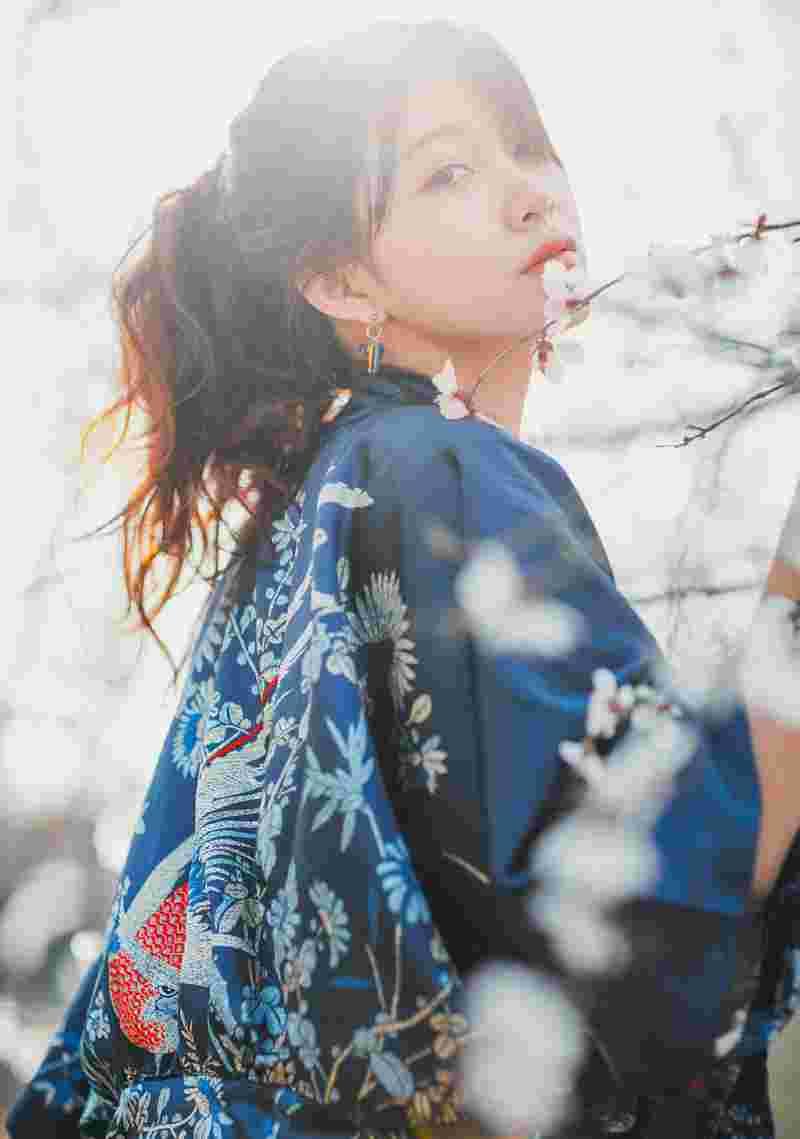 樱花树下的美艳美女娇艳动人