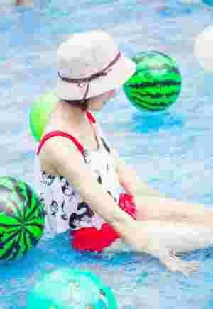 游泳池内的俏皮泳衣妹子活力十足