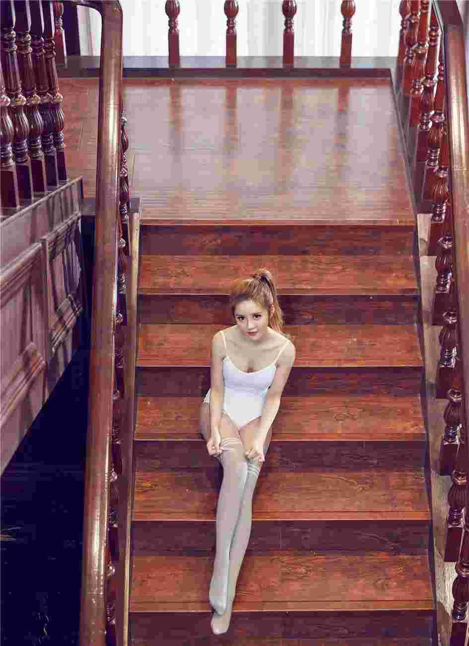 体操白丝美女乔柯涵修长美腿楼道间摆弄迷人身姿