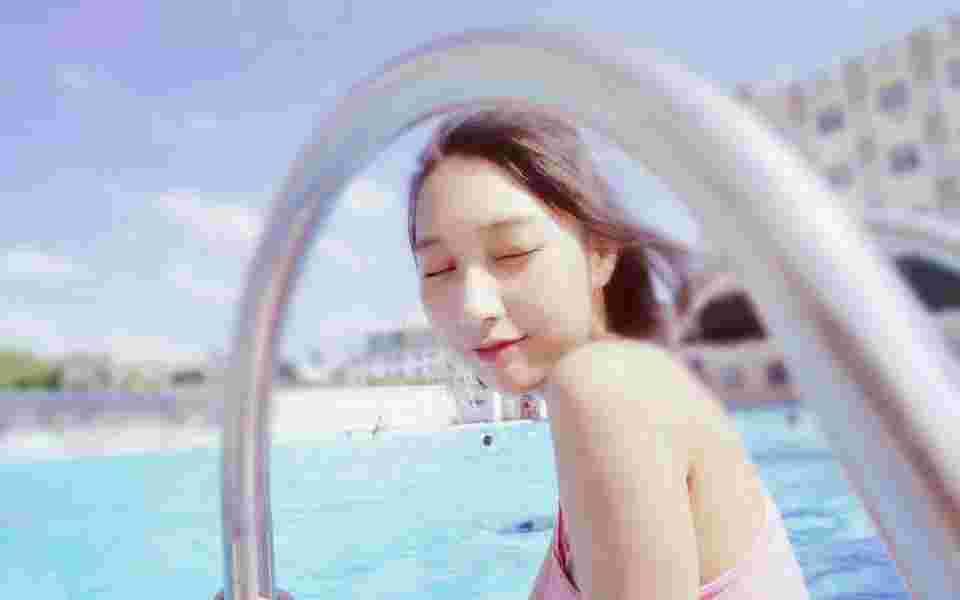 泳池中泳装素颜美女笑颜灿烂