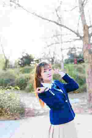 夕阳下的奔跑美女学生制服俏丽写真