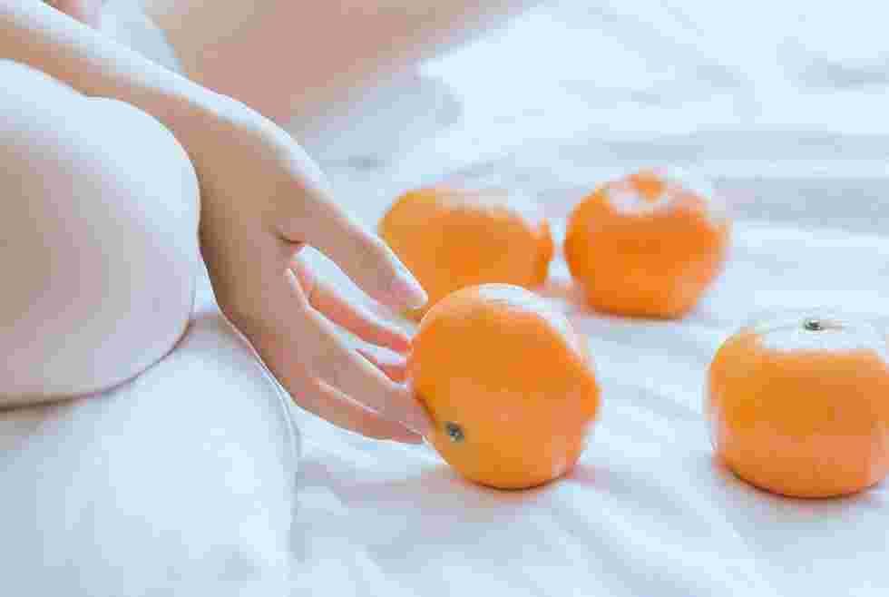 清纯阳光吃橘子00后美女居家生活俏皮可爱唯美写真