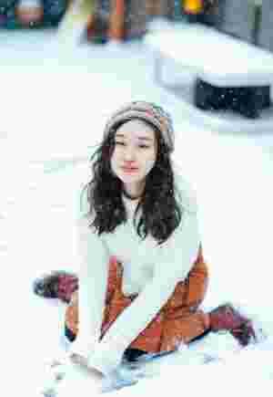 雪地内的白嫩少女可爱顽皮活力十足