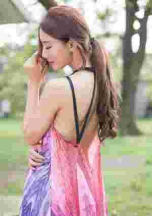 阳光彩虹裙性感美女香肩迷人户外写真