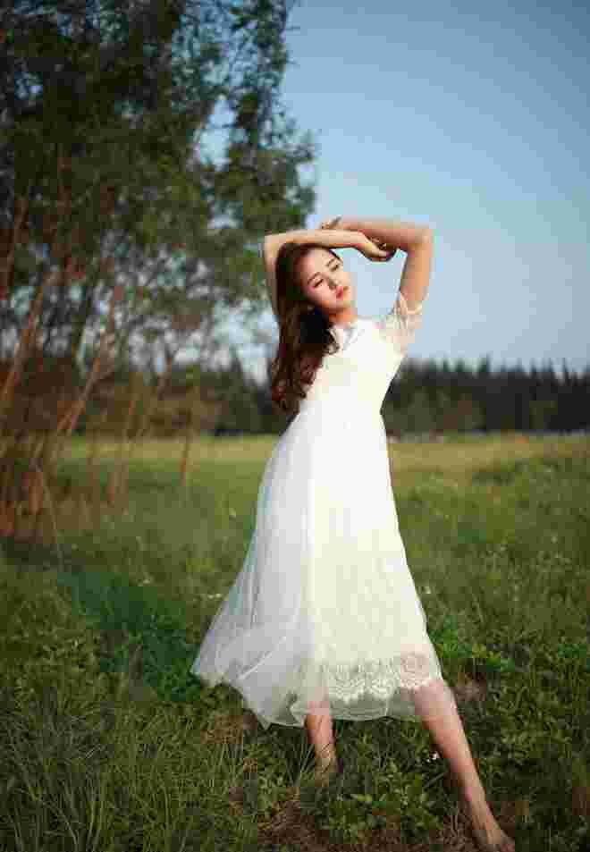 随风舞动清纯娇嫩漂亮美眉阳光俏皮甜美可爱户外写真