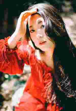 深山中的红裙美女气质娇媚迷人