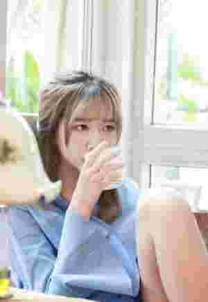 甜品屋内的韩系美女白嫩肌肤安静怡人