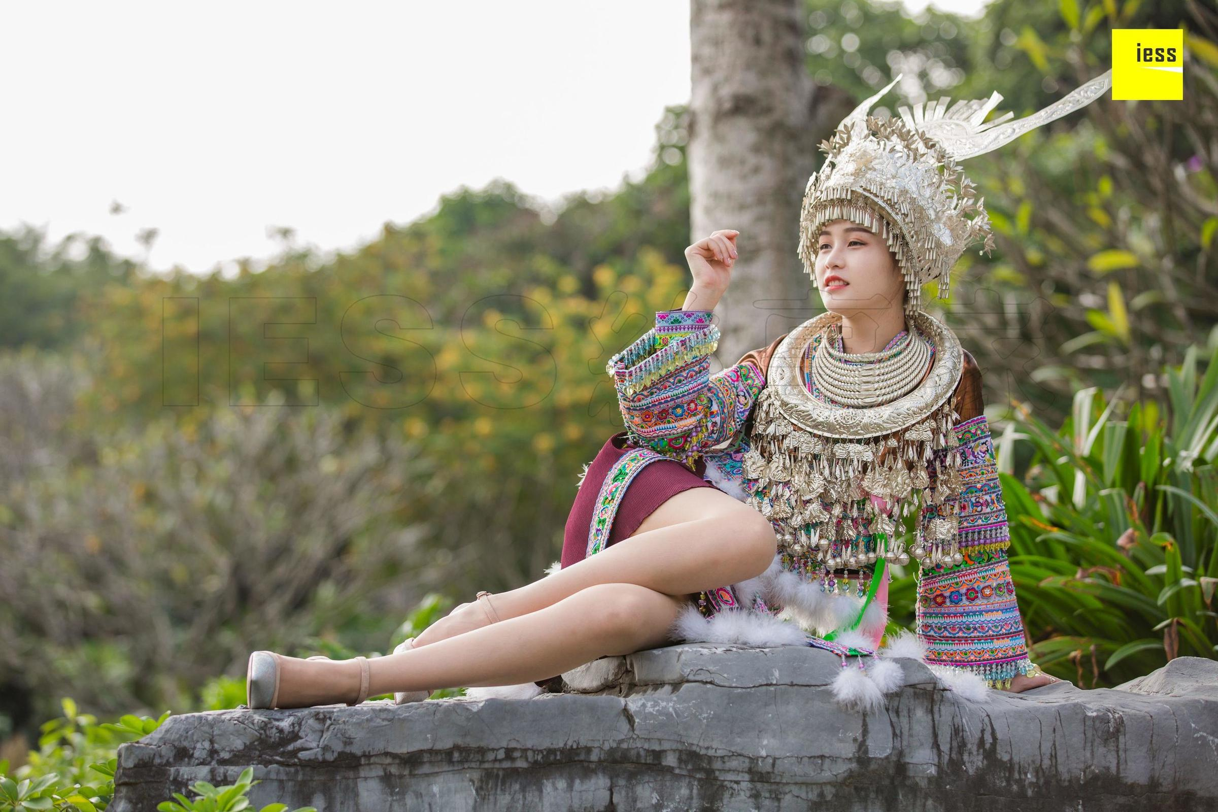 模特 九妹《穿丝袜的苗族九妹》美腿丝足写真