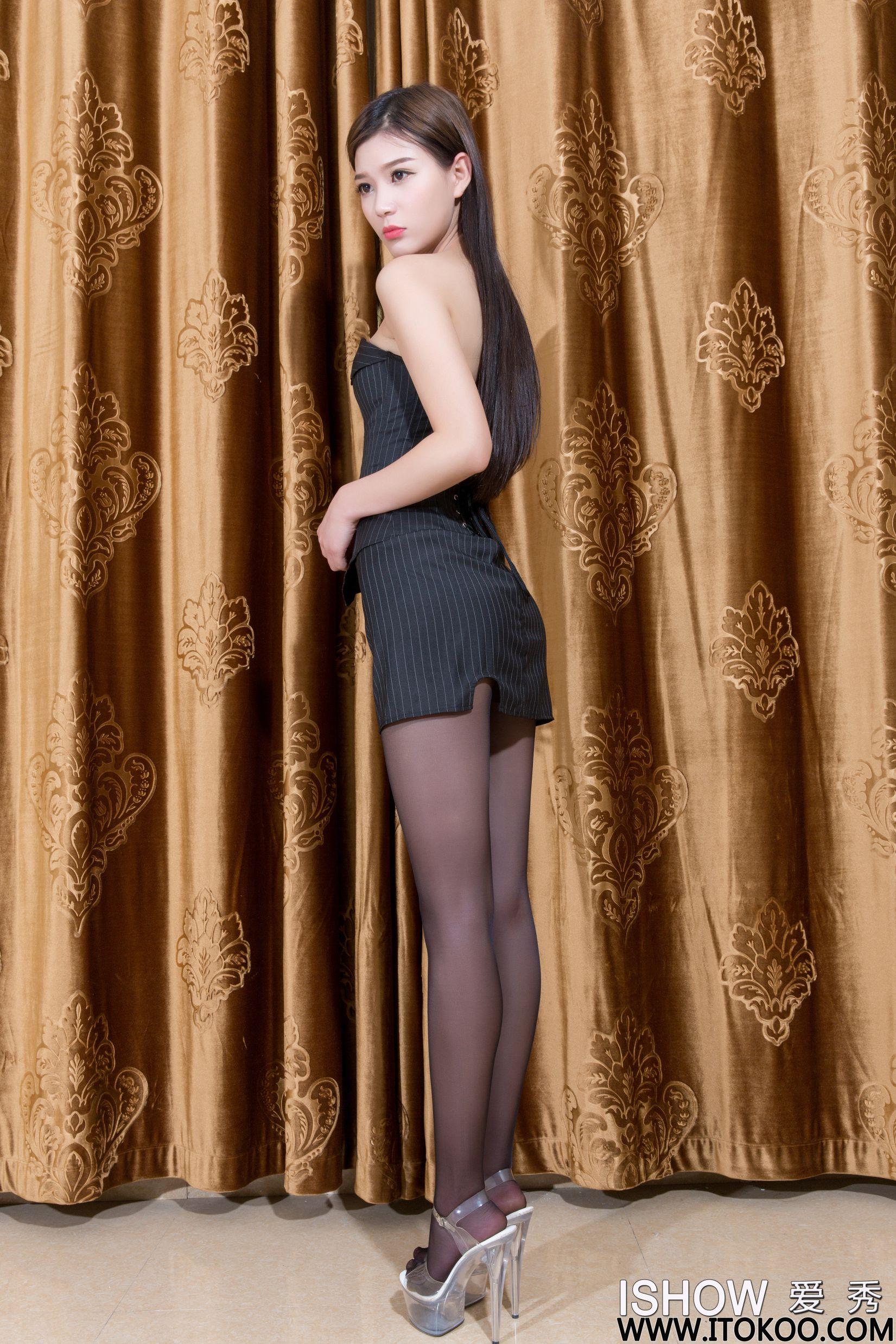 余菲菲Faye - 抹胸超短裙+黑丝美腿写真图片
