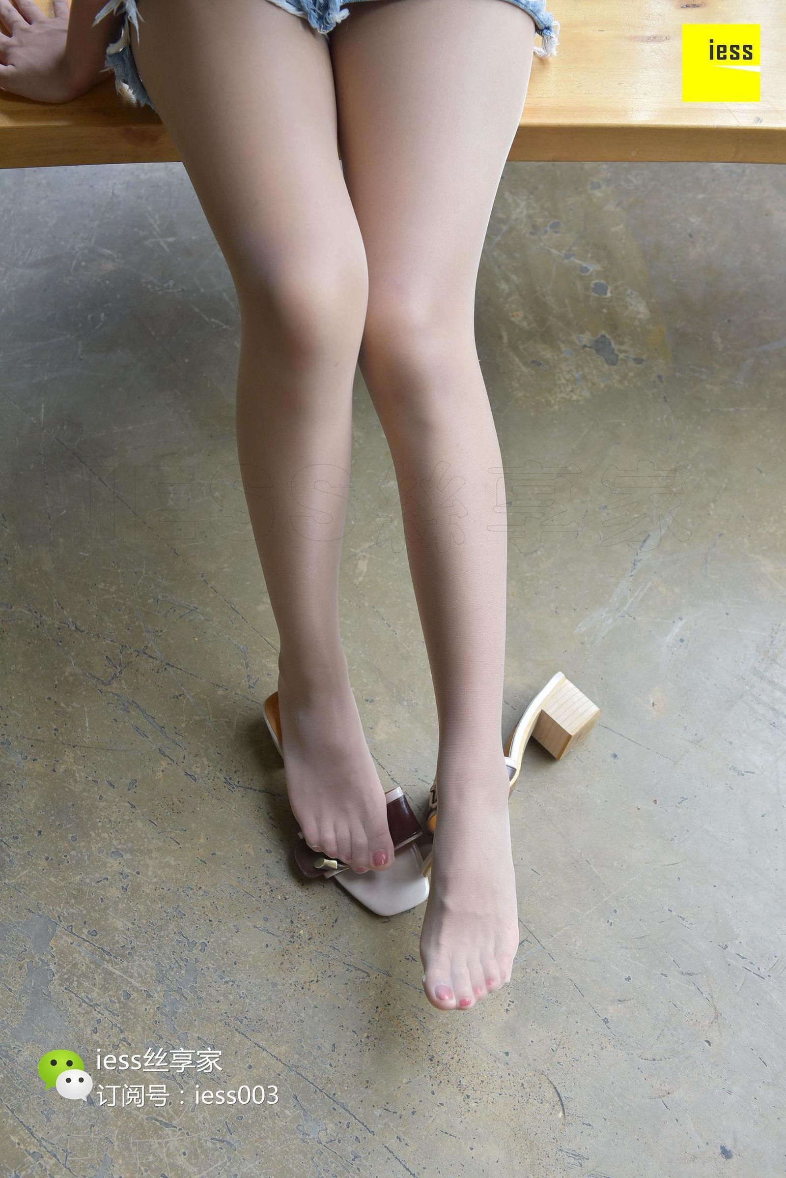 小雪 《破洞短裙与肉丝凉拖》