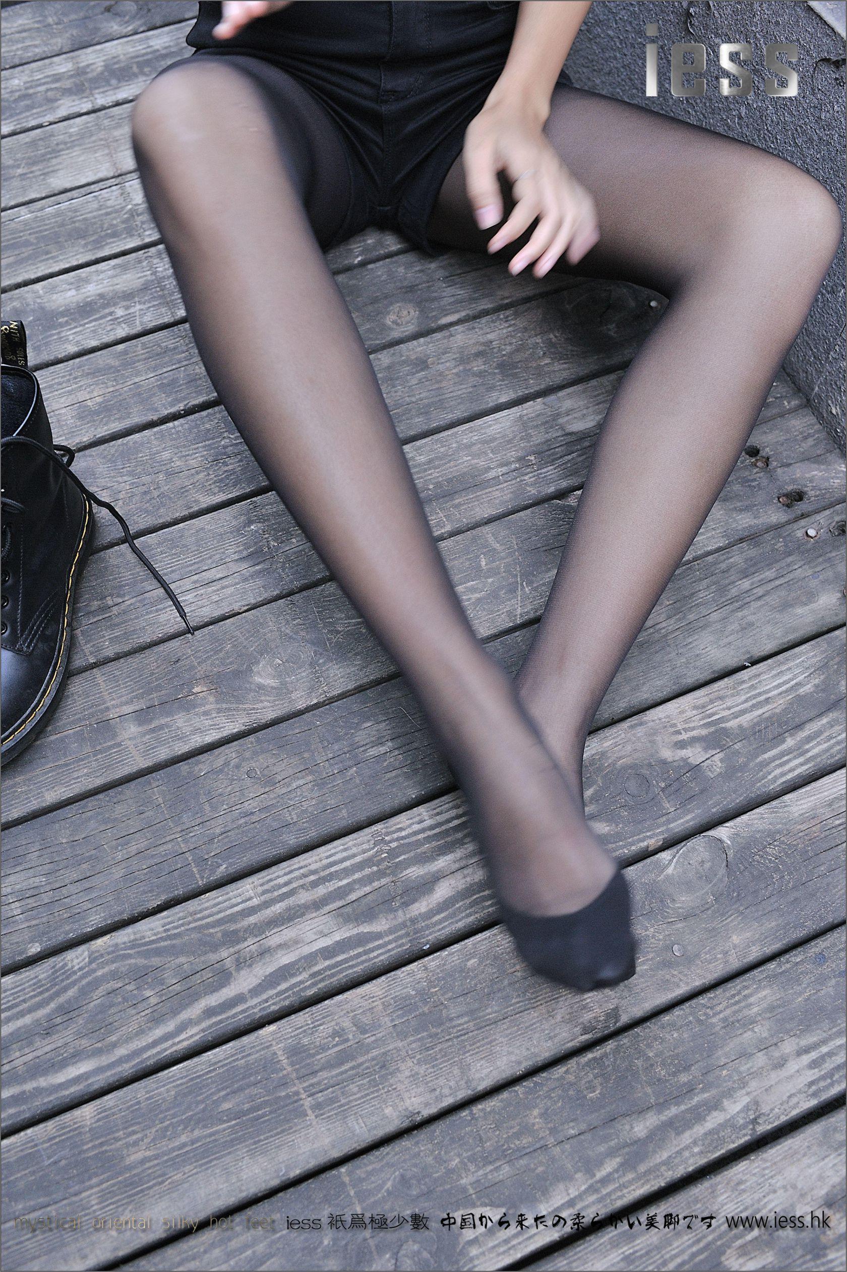 SASA《黑丝马丁靴》