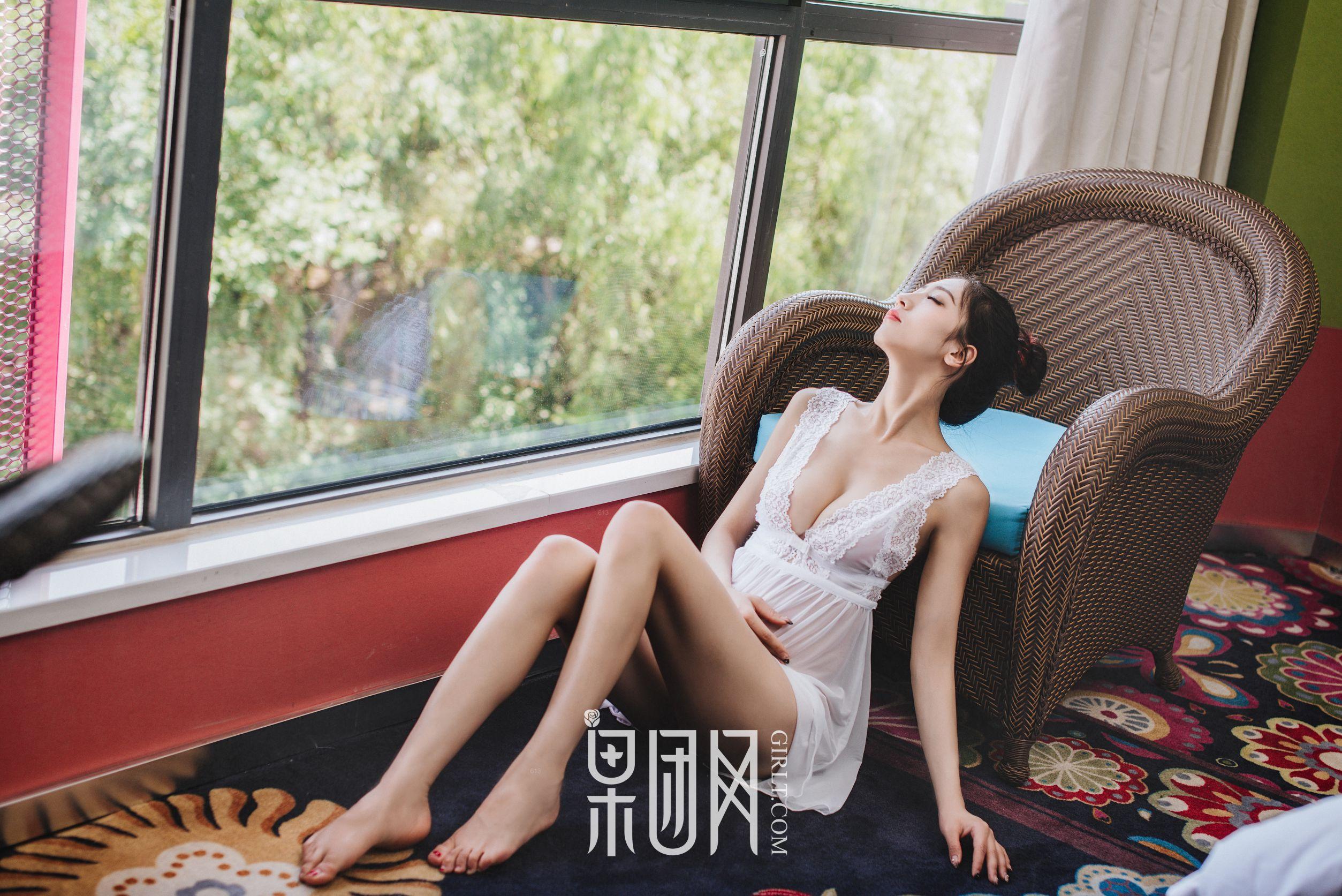 通灵儿 - 34D酥胸长腿嫩模