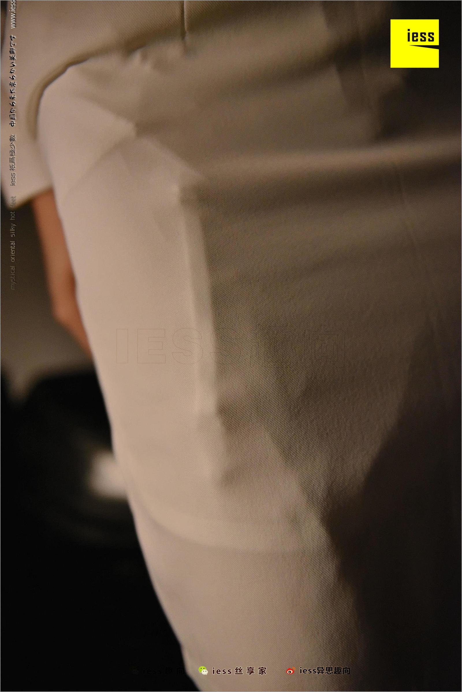 Julia君君 《台灯下的裸足》写真套图