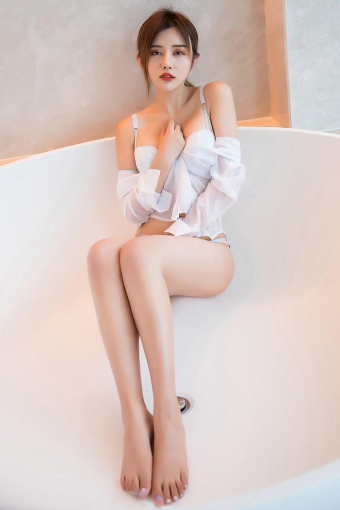 高颜值极品美妞卓雅琪长衫下美腿翘臀我想亲吻她全身[23P]