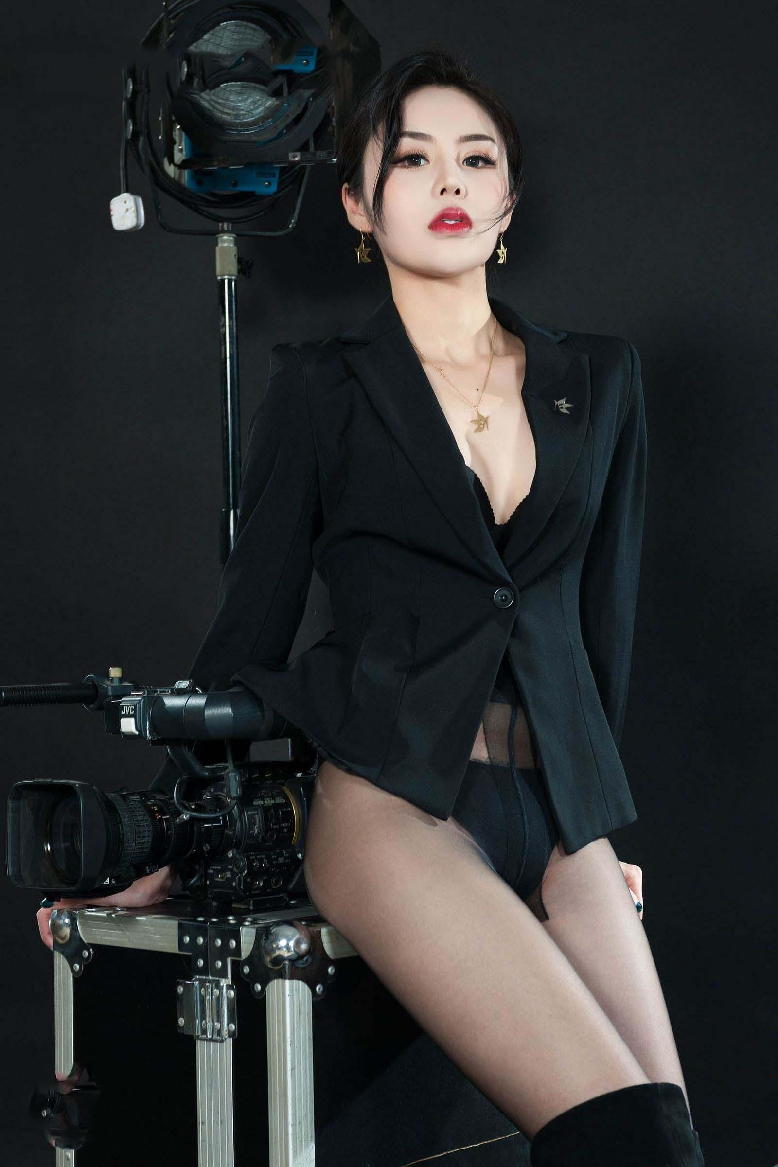 黑丝女秘书和摄影机
