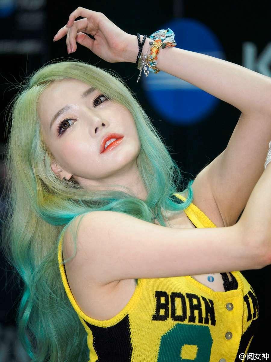 非主流颜色发型韩国美女车模