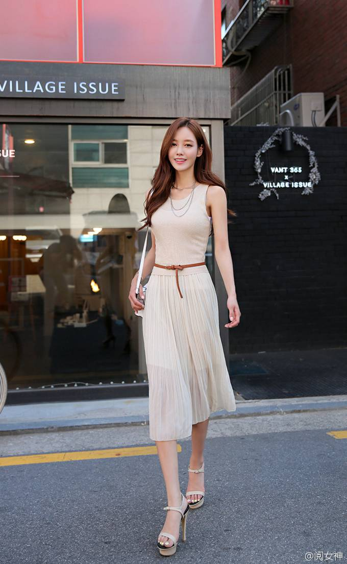 极品脸蛋白长裙美女户外街拍