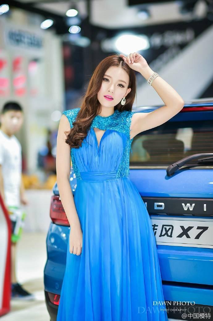 美女车模一袭蓝色长裙笑容甜美